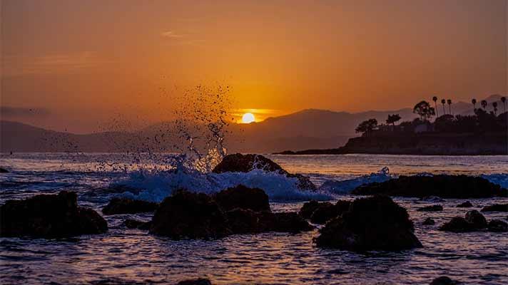 波打ち際の夕日