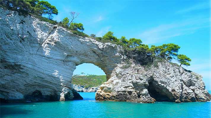 岬の先端と青い海